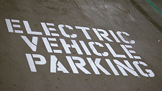 Caught on tape! Gas cars parking in electric vehicle spots