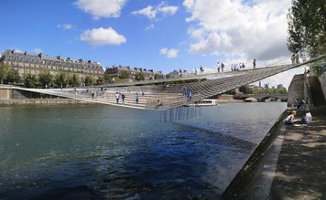 Alors! A wobbly bridge over the Seine! Tres magnifique!